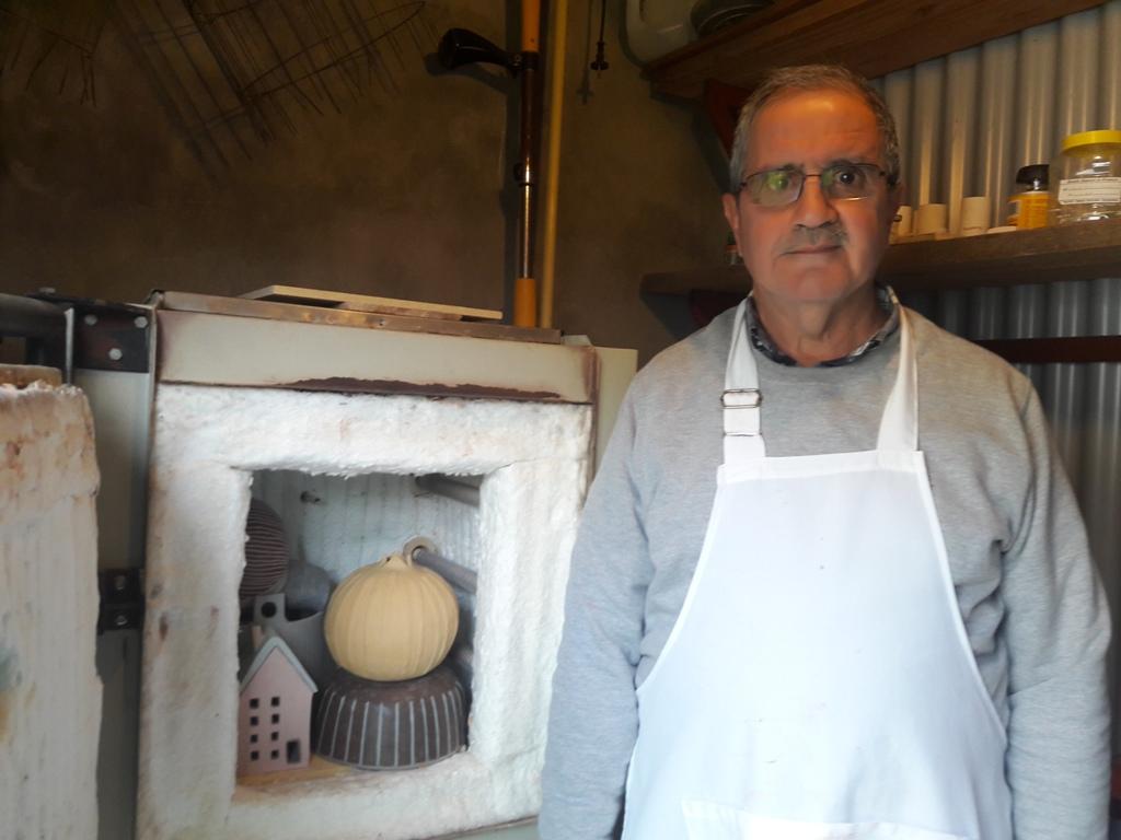 Daniel Altieri junto al horno y varias piezas que esperan... -