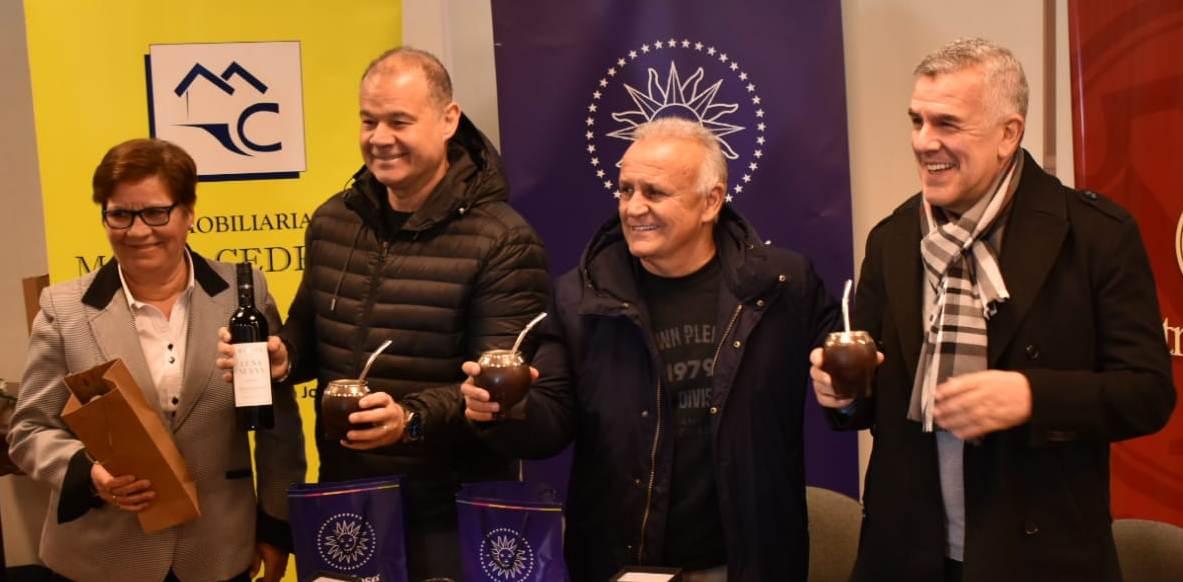 Silvia Pérez les entrega obsequios al Chino Volpato, Miguel del Sel y Dady Brieva- Midachi