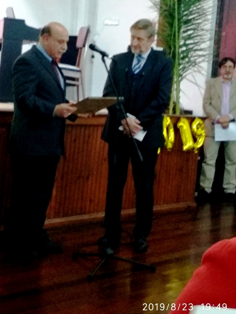 Miguel Senattore entrega reconocimiento de la Sociedad Italiana de San José, al Embajador Gianni Piccato