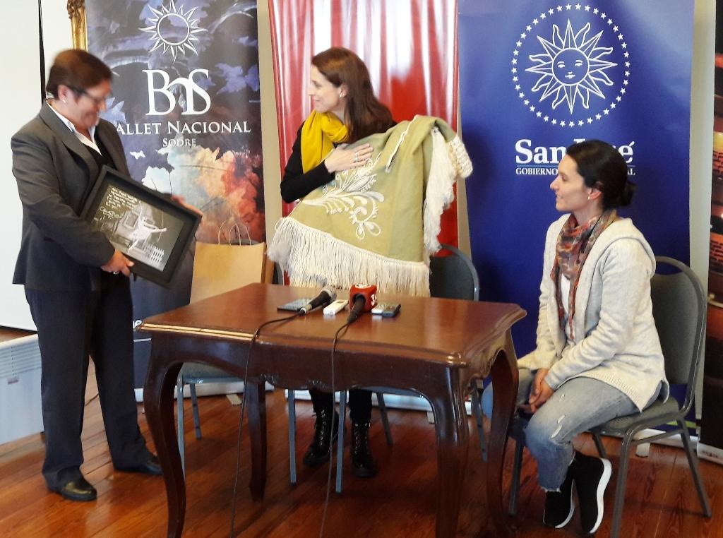 Silvia Pérez Doldán, María Noel Riccetto y Mónica Cíccolo al finalizar la rueda de prensa con intercambio de obsequios - copia