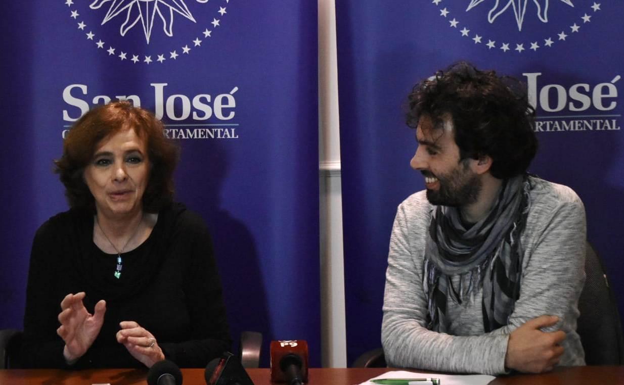 Ana María Shua y Julio Persa (integrante de organización de la Feria)