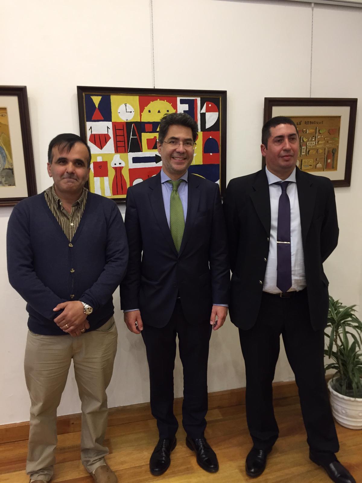Nicolás Bentancor, Consejero Cultural de la Embajada de España Luis Romera Pintor, y Edgardo Lopardo, en la apertura de la exposición en el ICE