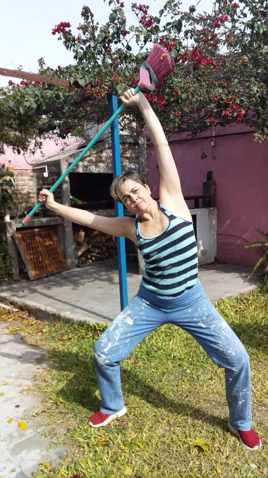 Ana Sara Casas hace gimnasia y pinta su casa