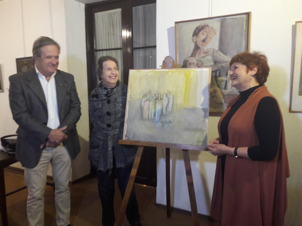 César Cracel, Liliana Mangeney y María de los Ángeles Martinez, junto a la obra Multitud 3, de Linda Kohen - copia (2)