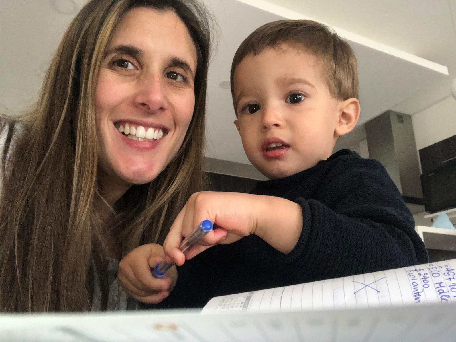 Nutricionista Martina Bracco junto a su hijo Vicente