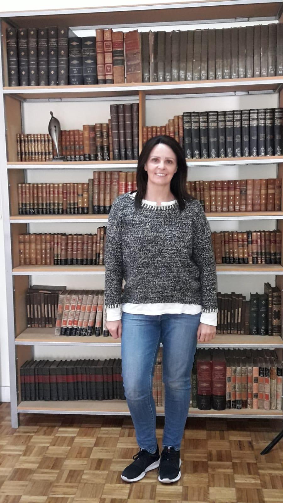 Profesora de Historia y Bibliotecóloga Carolina Díaz en la Biblioteca Departamental