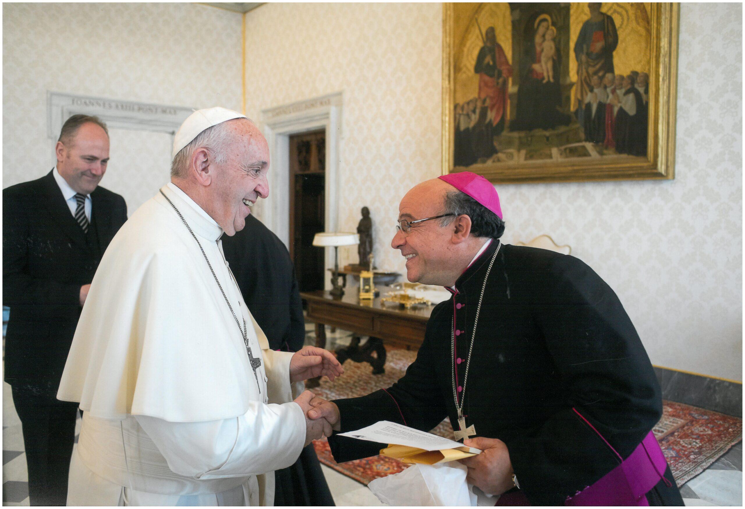 Papa Francisco y Monseñor Arturo Fajardo (Servicio Fotográfico del Vaticano de Visita ad Limina, nov. 2017)