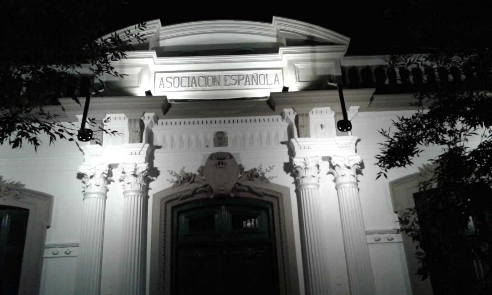 Vista parcial nocturna de la fachada del Instituto Cultural Español de San José