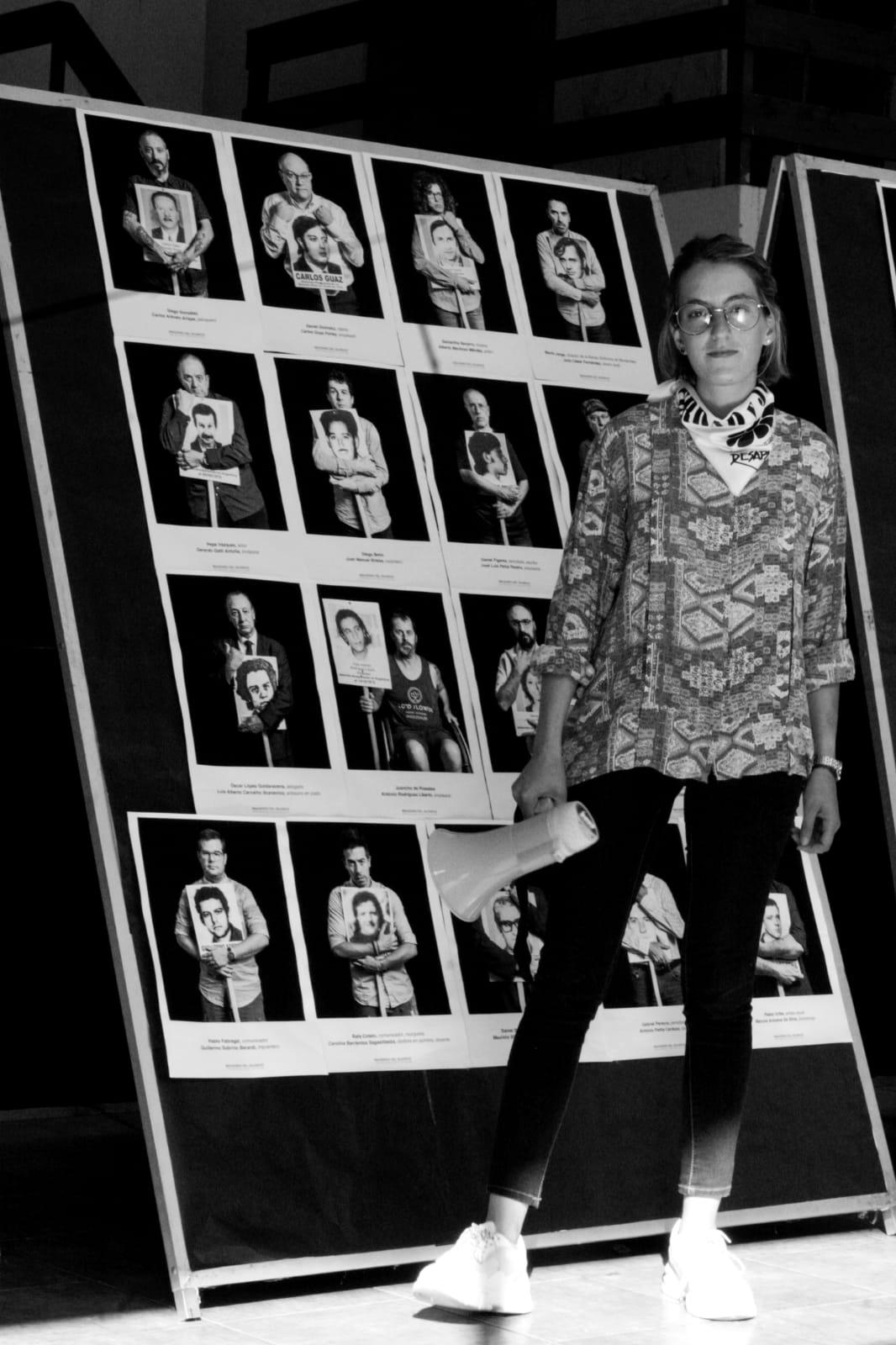 Clara Gutiérrez al lado de las fotos de los desaparecidos (Archivo de Clara)