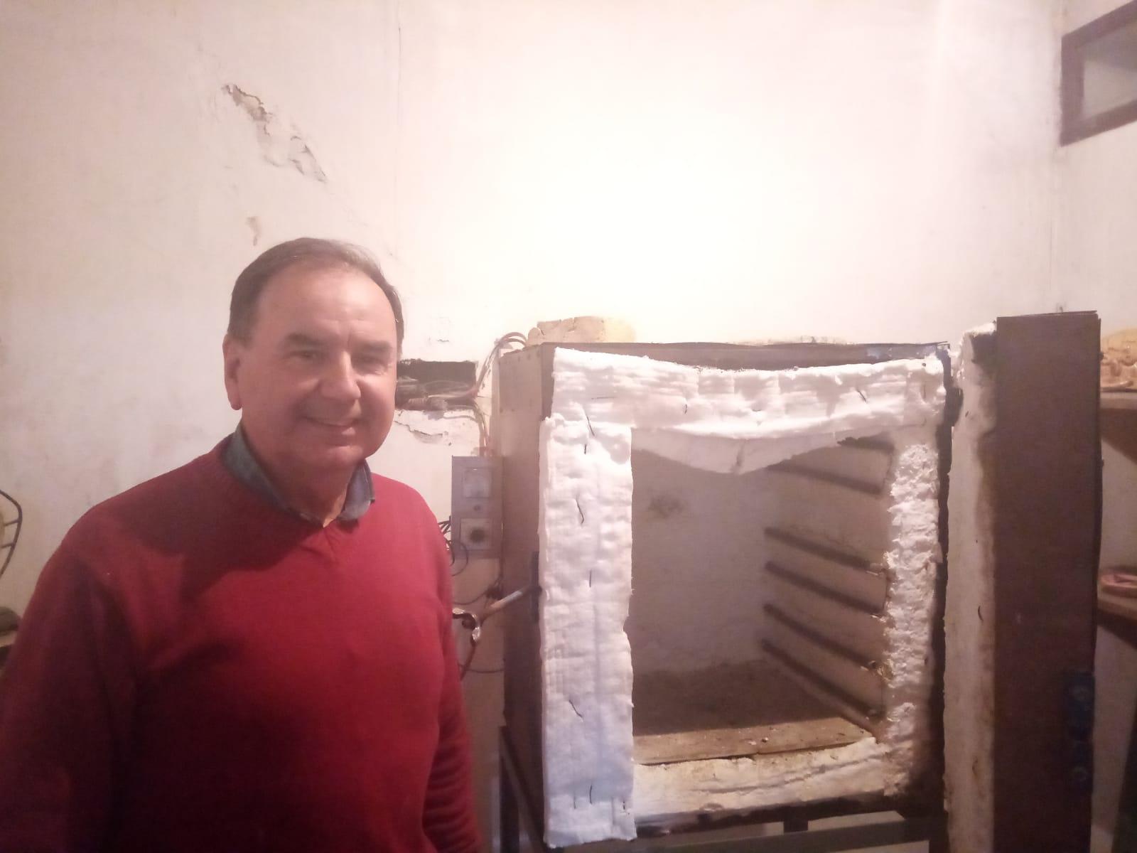 Danilo Villero junto a uno de los hornos del Museo
