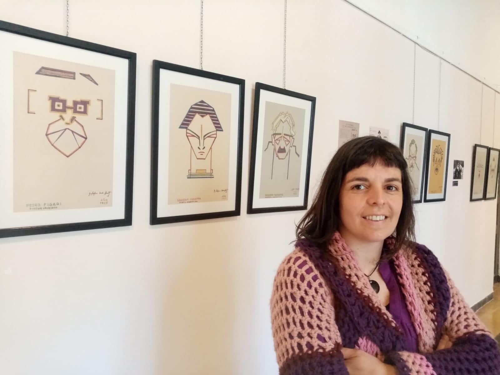 Valeria Lluviera junto a las arquicaricaturas de Dardo Salguero en el Museo