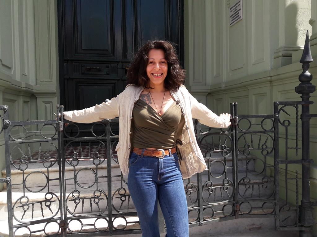Lorena Fabre Camy en la puerta del local de la Sociedad Italiana