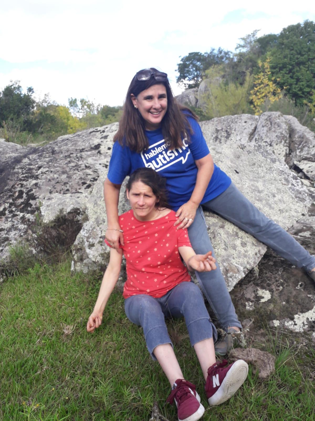 Presidenta de AMPAU- Florecer,Andrea Crosa, junto a su hija Florencia